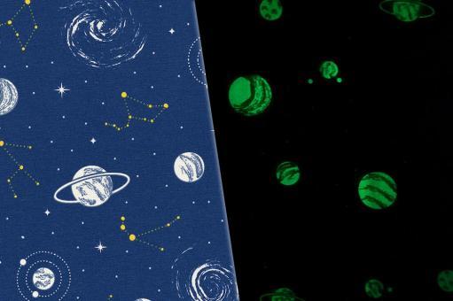 Nachtleuchtender Dekostoff mit Planeten-Motiv